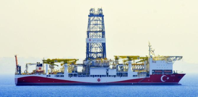 Türkiye'nin ilk aktif sondaj gemisi 'Fatih', Çanakkale Boğazı'ndan geçti